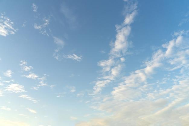 Piękne chmury i błękitne niebo. miękkie niebo z miękkimi chmurami