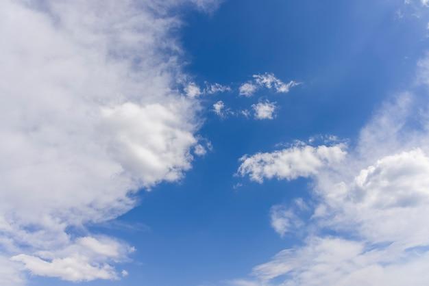 Piękne chmury i rozmycie tła nieba