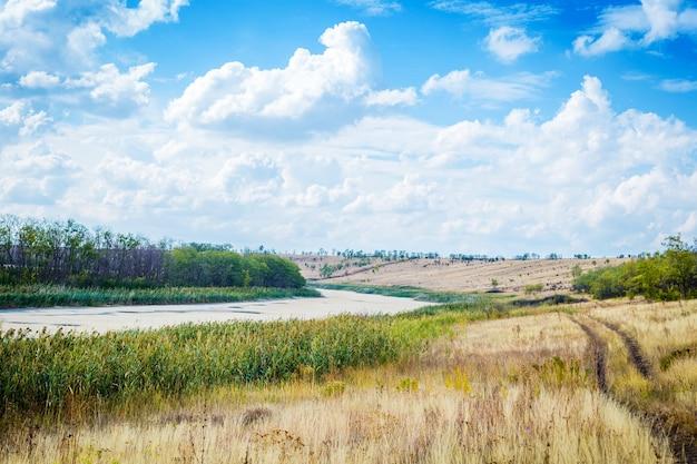 Piękne chmury na tle rzeki i drogi. piękny krajobraz w rosji. tapeta na pulpit.