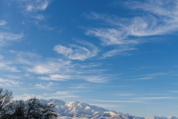 Piękne chmury nad górami tien shan zimą w uzbekistanie