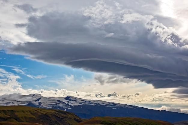 Piękne chmury nad pagórkowatymi krajobrazami islandii. przyroda i miejsca na wspaniałe podróże