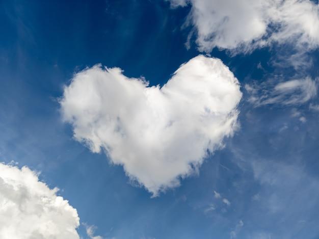 Piękne chmury w kształcie serca na tle błękitnego nieba