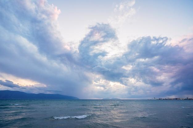 Piękne chmury z zachodzącym słońcem nad morzem