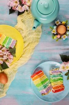 Piękne ciasta wielkanocne z jajkami i kwiatami. widok z góry.