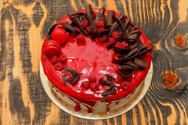 Piękne ciasto z czerwonym błyszczącym szkliwem