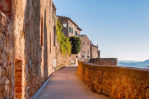 Piękne ciche uliczki starożytnego miasta europejskiego
