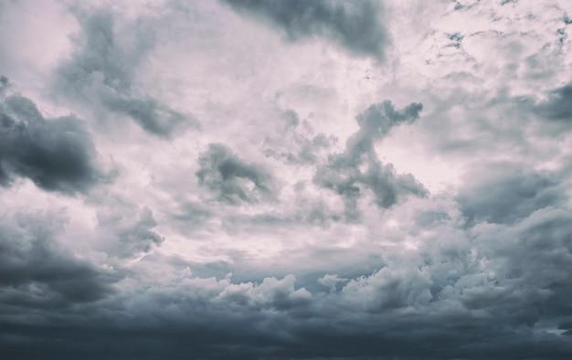 Piękne ciemne deszczowe chmury na niebie