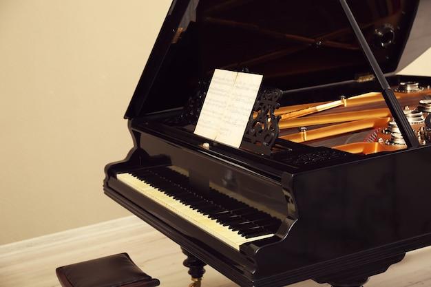 Piękne czarne pianino w jasnym pokoju