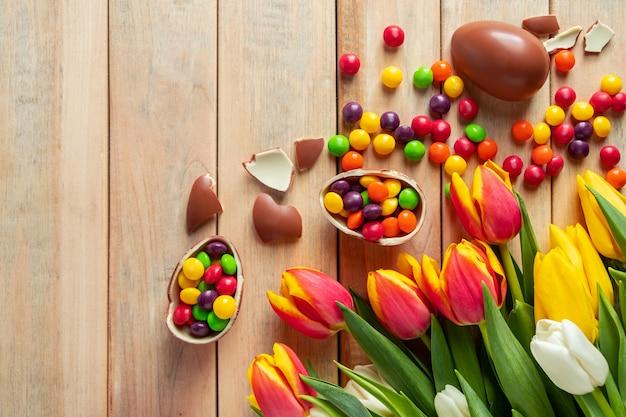 Piękne czerwone i żółte tulipany na święta wielkanocne