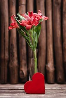 Piękne czerwone kwiaty w wazonie