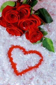 Piękne czerwone róże w kształcie serca, walentynki.