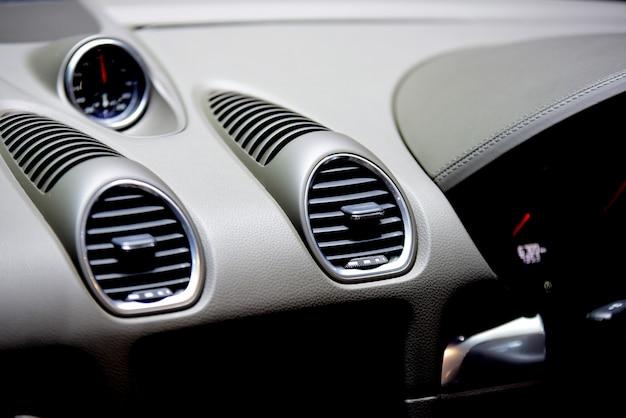 Piękne części nowego samochodu. reflektory, światła nadwozia, nowoczesny i sportowy wygląd.