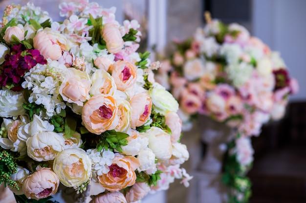 Piękne dekoracje kwiatowe w restauracji na ślub