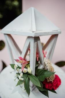 Piękne dekoracje ślubne z kwiatami i drewnianym pudełkiem