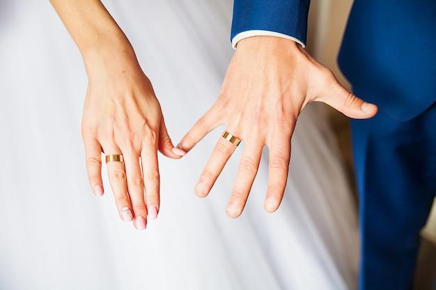 Piękne dłonie nowożeńcy pokazują swoje obrączki