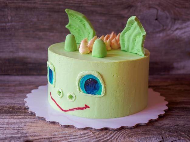 Piękne domowe ciasto w kształcie dinozaura
