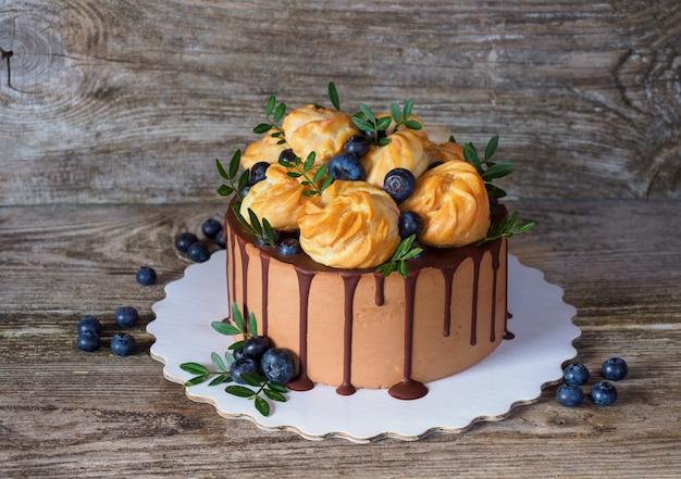Piękne domowe ciasto z profiteroles