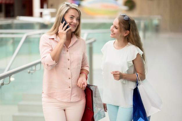 Piękne dorosłe kobiety szczęśliwe zakupy razem