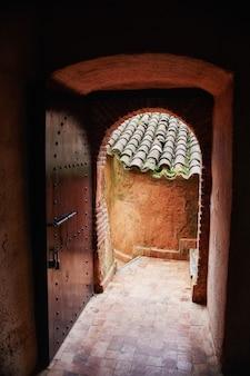 Piękne drewniane drzwi na ulicach maroka. stare ręcznie robione drzwi w starożytnym mieście. detale i elementy domów