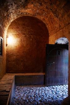 Piękne drewniane drzwi na ulicach maroka. stare ręcznie wykonane drzwi w starożytnym mieście