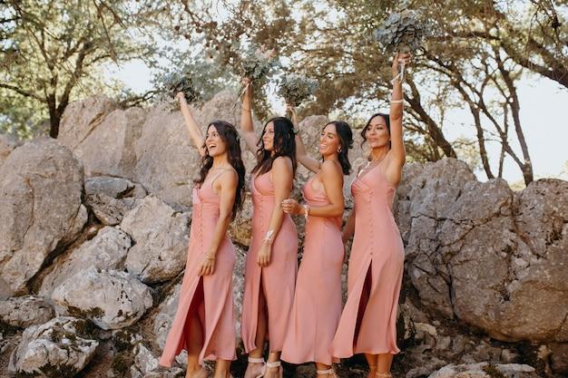 Piękne druhny w pięknych sukienkach na zewnątrz