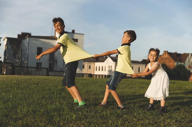 Piękne dzieci bawią się na łonie natury.