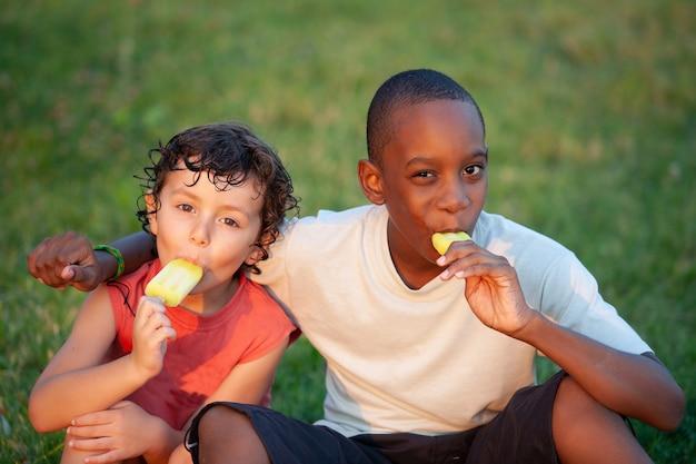 Piękne dzieci cieszące się lodami cytrynowymi