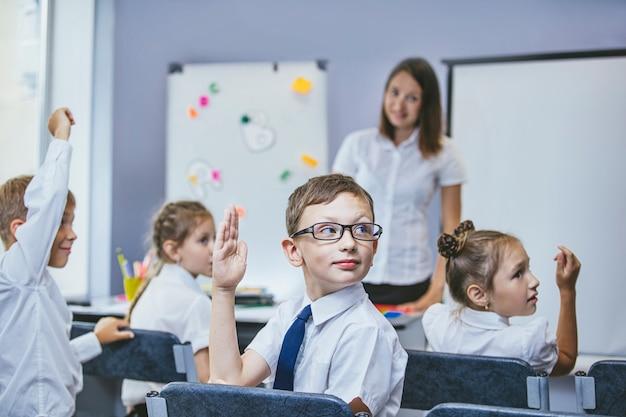 Piękne dzieci to uczniowie razem w klasie w szkole, edukację z nauczycielem