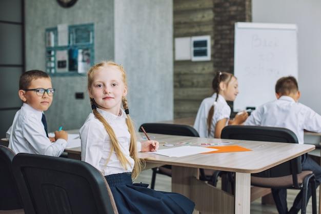 Piękne dzieci to uczniowie razem w klasie w szkole otrzymują edukację szczęśliwi