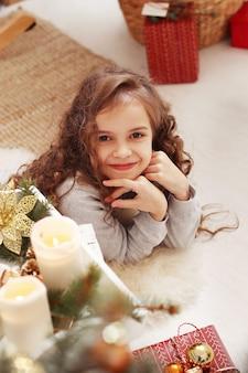 Piękne dziecko w domu na boże narodzenie