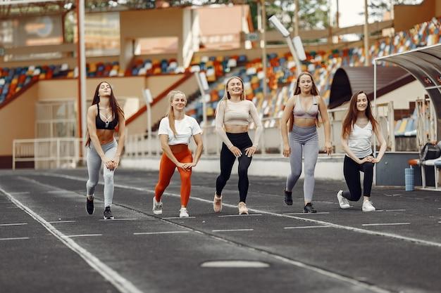 Piękne dziewczyny na stadionie. dziewczyny sportowe w odzieży sportowej.