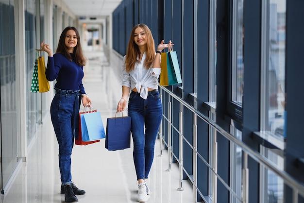 Piękne dziewczyny na zakupy w centrum handlowym