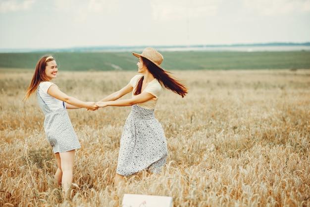 Piękne dziewczyny odpoczywają na polu