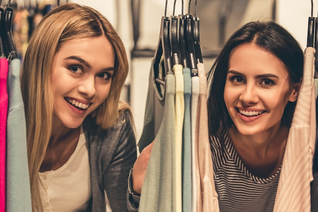 Piękne dziewczyny patrzą na kamerę i uśmiechają się.