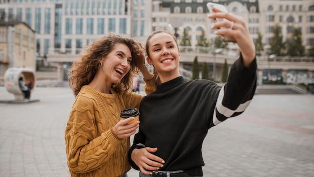 Piękne dziewczyny razem biorąc selfie