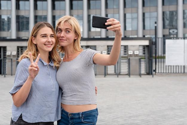 Piękne dziewczyny razem przy selfie