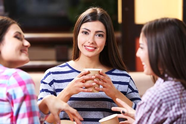 Piękne dziewczyny rozmawiające w kawiarni?