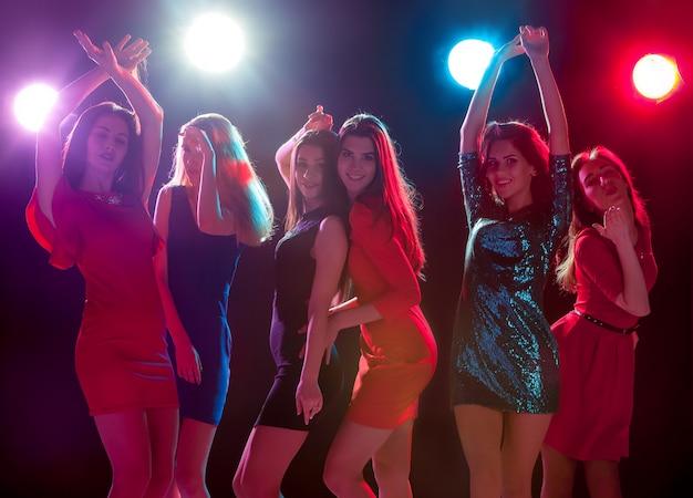 Piękne dziewczyny tańczą na imprezie