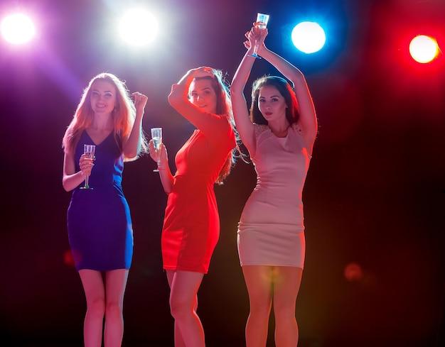 Piękne dziewczyny tańczące na imprezie