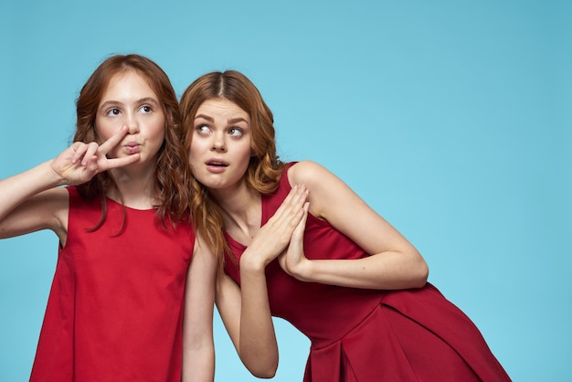 Piękne dziewczyny w identycznych ubraniach, para dziewczyn