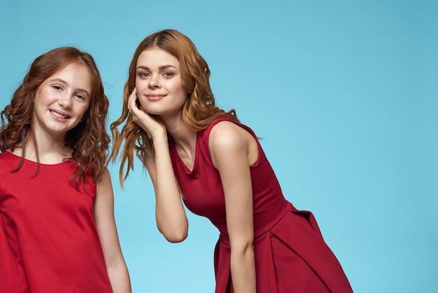 Piękne dziewczyny w identycznych ubraniach