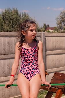 Piękne dziewczyny w okresie letnim. dziewczyna w stroju kąpielowym na wakacjach. dziewczyna, strój kąpielowy, wakacje