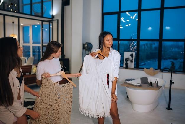 Piękne dziewczyny wybierają ubrania w domu