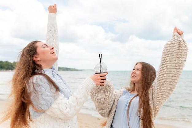 Piękne dziewczyny zabawy na plaży