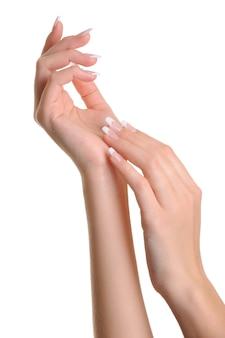 Piękne eleganckie kobiety ręce na białym tle