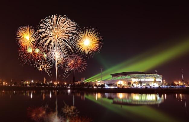 Piękne fajerwerki nad stadionem