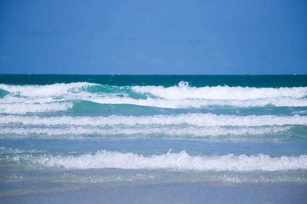 Piękne fale i błękitne morze