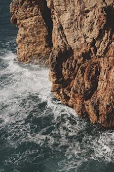 Piękne fale morskie i kamieniste