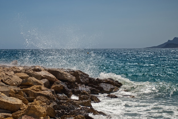Piękne fale oceanu docierające do skalistych brzegów uchwycone w cannes