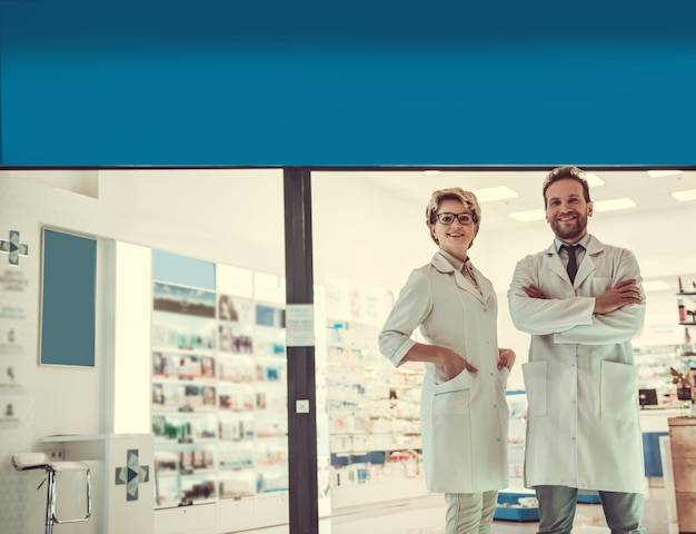 Piękne farmaceuty patrzą na aparat.
